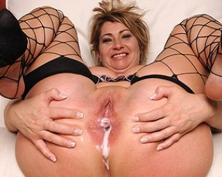 Horny mama getting her hole filled with cum