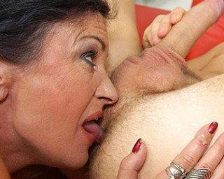 Omaseks This anal loving mature slut gets a warm surprise